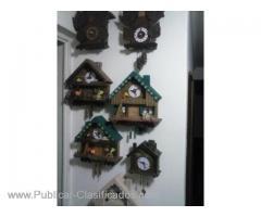 relojes artesanales en madera con péndulo móvil