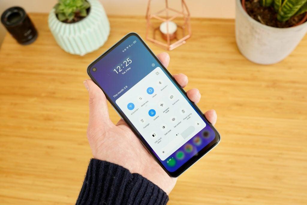Realme 8 5G en la parte frontal de la pantalla con Realme UI