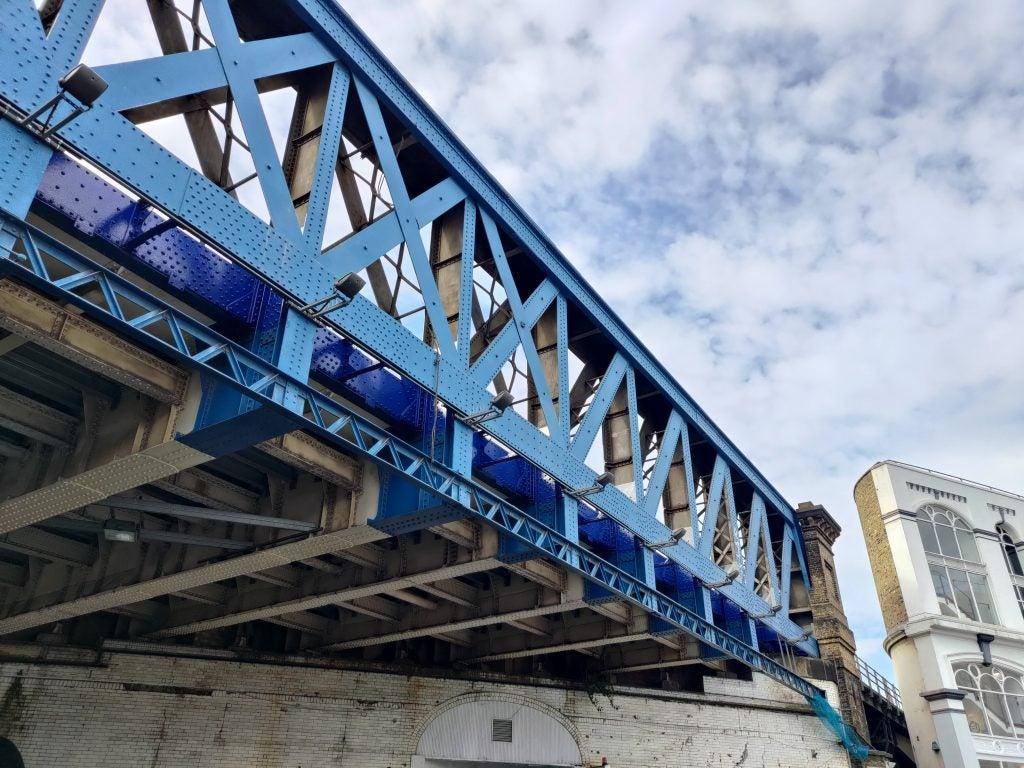 Muestra de foto del Asus Zenfone 8 a la luz del día con un puente