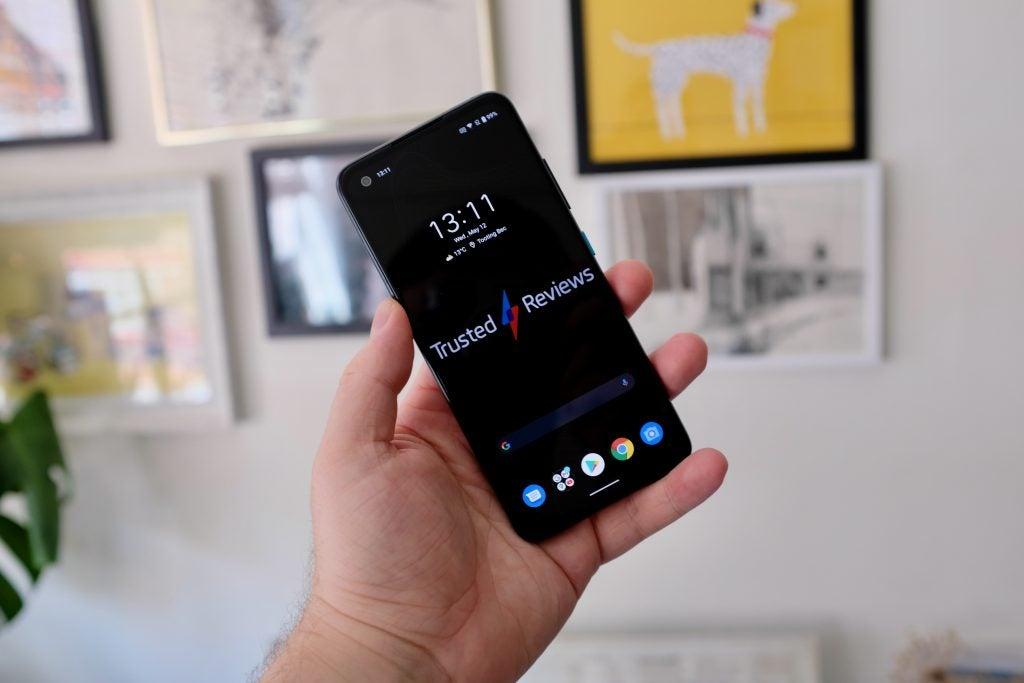 Asus Zenfone 8 mostrando la pantalla