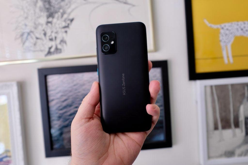 Asus Zenfone 8 mostrando la parte posterior del teléfono