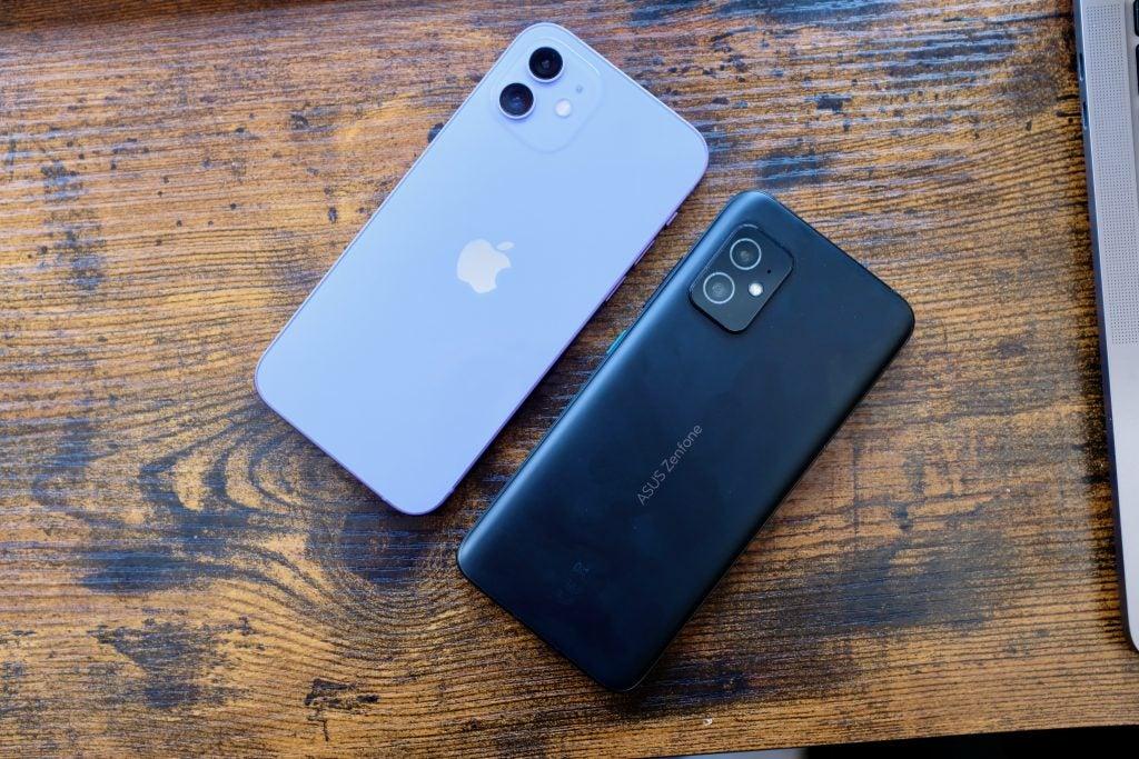 Asus Zenfone 8 junto al iPhone 8 que muestra el tamaño similar